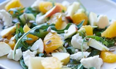 Ensalada de rúcula con kiwi y queso