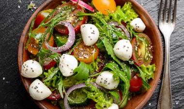 Ensalada de mozzarella, tomate y lechuga