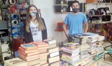 El ejemplo de Camila y Javier: pusieron de pie a la Biblioteca de su escuela destruida por las llamas