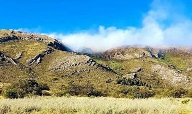 Bomberos de Tornquist, Sierra de la Ventana y Villa Ventana luchan contra un incendio en las sierras