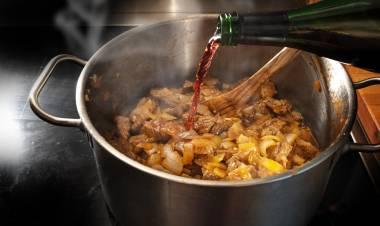 Los secretos para cocinar con vino (ya sea blanco, tinto o de Jerez) contados por chefs profesionales