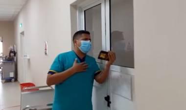 """Un ambulanciero les canta a los pacientes con coronavirus para """"darles un poco de alegría"""""""