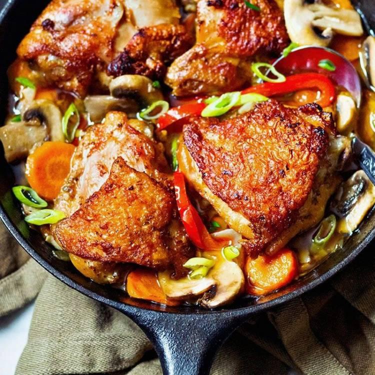 Una sartén de pollo con salsa cajún de ajo