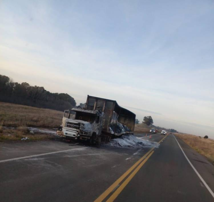 Un camión se incendió en plena ruta 51