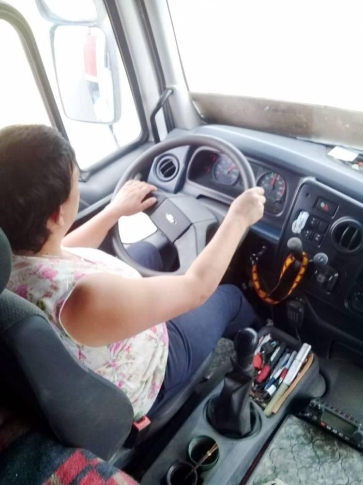 """""""¿Me lo das para manejar?"""" La historia de una camionera pringlense"""