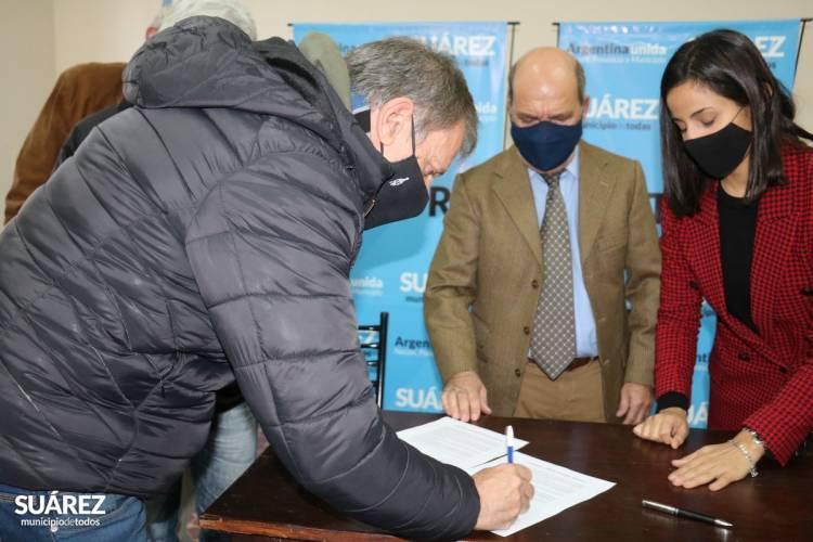 Entrega de microcréditos y firma de convenio para la entrega de material apícola a emprendedores locales