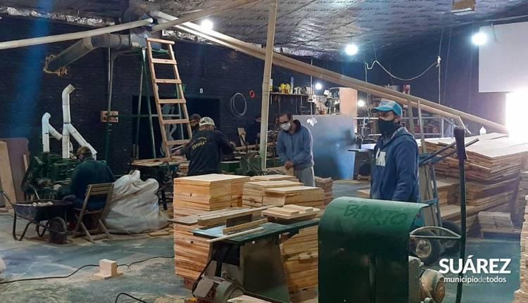El Intendente Municipal @ricardomoccero recorrió talleres de confección de indumentaria y calzado en plena producción