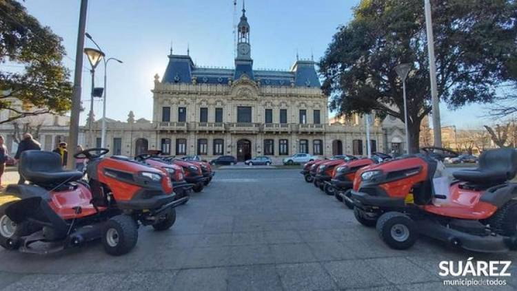 Las delegaciones del distrito recibieron tractores cesperos
